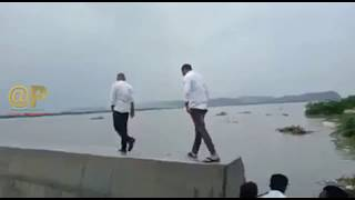 Ministers kodali Nani Anil Kumar Yadav Danger Zone River Wall Walking | News online entertainment