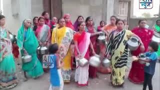 सरपंच आम्हाला पाणी द्या, आजेगावातील महिलांचा ग्रामपंचायत कार्यालयावर हंडा मोर्चा
