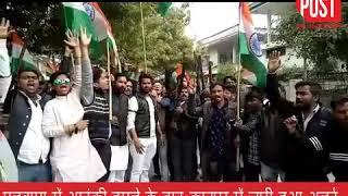 पुलवामा अटैक: कानपुर में हथियारों के साथ लोगों का प्रदर्शन