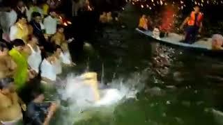 CM भूपेश बघेल ने किया कार्तिक स्नान.. पानी मे दिखाई कलाबाजी.