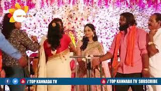 ಧ್ರುವ ಸರ್ಜಾ Female ಫ್ಯಾನ್ಸ್ taking Selfie at Dhruva Sarja Prerana Wedding Reception