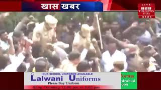 हैदराबाद में जश्न महिलाएं, लोग और पुलिस वालो  मिठाई खिलाई जा रही है स्वागत किया