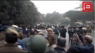 JNU फीस मामला : प्रदर्शनकारी छात्रों पर Delhi Police ने किया लाठीचार्ज