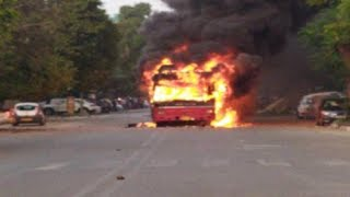 जामिया मिल्लिया इस्लामिया के छात्रों का उग्र प्रदर्शन, 3 बसों में लगाई आग, दमकलकर्मियों पर हमला