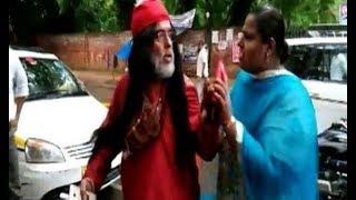 एक बार फिर स्वामी ओम को महिलाओ ने पकड़ पकड़ के मारा | People Again Beat Swami Om | News Remind