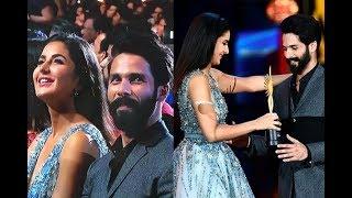 आईफा 2017: ये क्या कटरीना कैफ डबल डबल शाहिद को अवार्ड भी दे रही और पास भी बैठी है ?