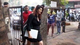 Twinkle Khanna Spotted At Kromakay Salon Juhu - Watch Video