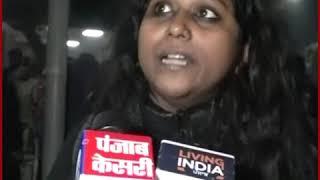 जामा मस्जिद के बाहर प्रदर्शनकारियों के सिर पर डंडे मार रही थी पुलिस -  JNU छात्रा