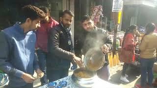 2 JAN N 5 हमीरपुर के गांधी chowk में नए साल के उपलक्ष्य में दुकानदारों द्वारा भण्डारे का आयोजन किया