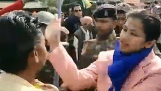 CAA समर्थन में Bjp कार्यकर्ताओं को डिप्टी कलेक्टर ने मारा थप्पड़, प्रदर्शनकारियों ने खींचे उनके बाल