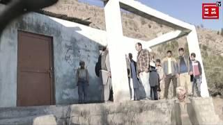 Primary school की हवा में उड़ गई छत, अब 'जुगाड़' करके खौफ के साए में पढ़ाई