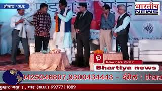 मंत्री हर्ष यादव द्वारा बाग प्रिंट शिल्पकारकाजिमखत्री कोराज्यस्तरीयपुरस्कारसेसम्मानित किया।