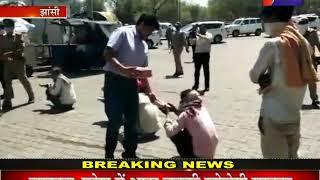 Jhansi | police का मानवीय चेहरा बना मिसाल, police अधिेकारी बांट रहे हैं फूड पैकेट
