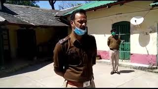 06 april16 हमीरपुर के  सुजानपुर थाना में एसपी अर्जित सेन कोरोना से बचने को लेकर जानकारी देते हुए।