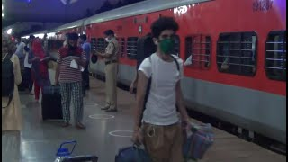 Migrants board train in Goa to return to J&K