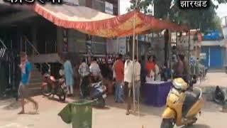 कोडरमा मे समाज सेवी के द्वारा राहगीरों को खिलाया जा रहा है खाना ...