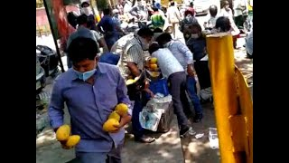 Delhi crowd loots mangoes worth thousands from street vendor amid lockdown