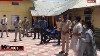 28 MAY 10 नवीन शर्मा ने पुलिस कर्मियों पर पुष्प बर्षा , स्मृति चिन्ह देकर सम्मानित किया