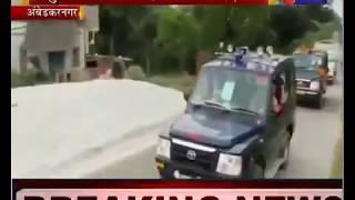 Ambedkar Nagar News | बाहुबली अवतार में दरोगा की विदाई, सोशल डिस्टेंसिंग की उड़ी धज्जियां