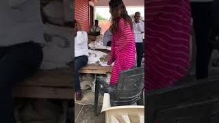 भाजपा नेत्री सोनाली फोगाट की गुंडागर्दी सरकारी कर्मचारी को मारी चप्पल