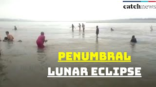 Penumbral lunar eclipse: Devotees take holy dip at Triveni Sangam in Prayagraj | Catch News