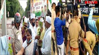 कांग्रेस कार्यकर्ताओं ने पुलिस को फूल देकर की महिलाओं की सुरक्षा की मांग