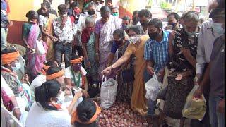 Wearing onion garlands, Mahila Congress sell onion @ Rs.25, mad rush to buy cheaper onions