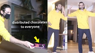 Kartik Aaryan Celebrated His Birthday With Fans And Media At His House | New Hairstyle look