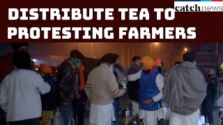 Locals Distribute Tea To Protesting Farmers At Singhu Border | Catch News