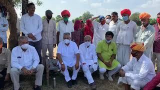 किसान हित में पारित कानूनों पर पाली सांसद पीपी चौधरी खेत में किसानो से चर्चा करते हुए|