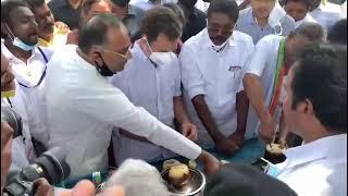 Shri Rahul Gandhi enjoys a refreshing Palm fruit, locally known as 'Nungu', at Achankulam