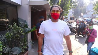 Yuvraj Singh Snapped At Cafe In Bandra - Watch Video