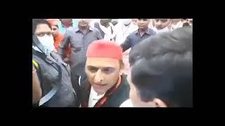 यूपी: अखिलेश यादव की प्रेस कॉन्फ्रेंस में पत्रकारों पर हमला