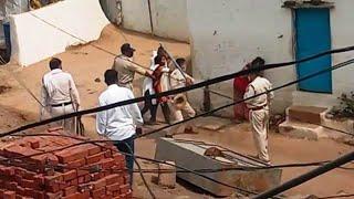 खंडवा में स्वास्थ्य टीम और पुलिस पर हमला. पुलिस ने महिला को पीटा , Viral Video का देखे पुरा सच