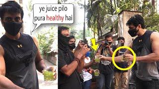 Aaj Tak Media Ko Aise Acche Treat Kisi ne nahi Kiya ???? Sonu Sood Giving Juice To Media People ????