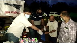Aam Aadmi Party Goa team volunteers distributes food to family members of covid patient.