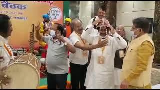 भाजपा नेताओं का आदिवासी नाच  , चिंतन बैठक !