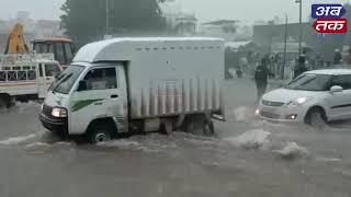 રાજકોટ: વરસતા વરસાદમાં સોરઠિયા સર્કલ પર ફરજ બજાવતી પોલીસ