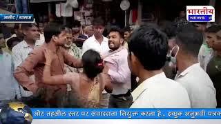 छेड़छाड़ के आरोपी की बीच रोड पर पिटाई, आलोट में नाबालिग लड़कियों से दो युवकों ने की छेड़छाड़। #bn #mp