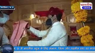 ज्योतिरादित्य सिंधिया ग्वालियर के गोरखी स्थित देवघर में राज शाही पोशाक पहनकर पूजा अर्चना करने पहुंचे