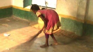 प्राथमिक स्कूल में बच्चे कर रहे हैं साफ-सफाई