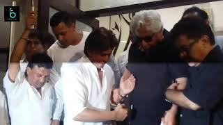 Shahrukh Khan Got Emotional With Aziz Mirza  At Kundan Shah Prayer Meet