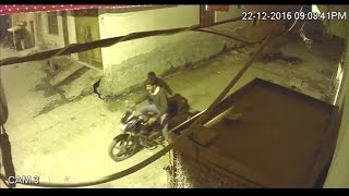Fearless thieves steal a bike in minutes in Agra, CCTV footage reveals!