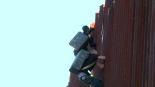 Raw- Suspected Smugglers Scaling US Border Fence - News Video