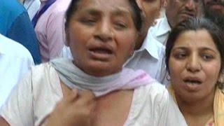 इंसाफ मांग रही महिलाओं को पुलिस ने सीएम के सामने घसीटा