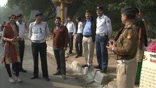 पुलिस ने 'गांधीगिरी' से दी सीख, नियम तोड़ने वाले वाहन चालकों को सौंपा फूल