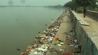 दिल्ली - बस्ती की गंदगी मिलने से प्रदूषित हो रही भलस्वा झील