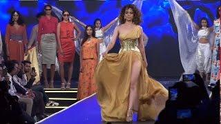 Kangana Ranaut Flaunts HOT THIGHS In A Dress - Rampwalk - Live creme