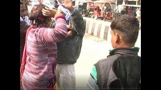 आजमगढ़- बस स्टेशन पर महिला ने की अधेड़ की जमकर पिटाई