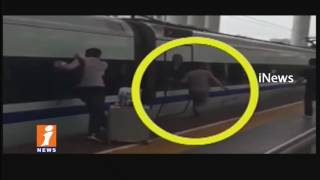 Trains Leaves Platform With Man Finger Stuck in Door at Jiangsu Province | China | iNews